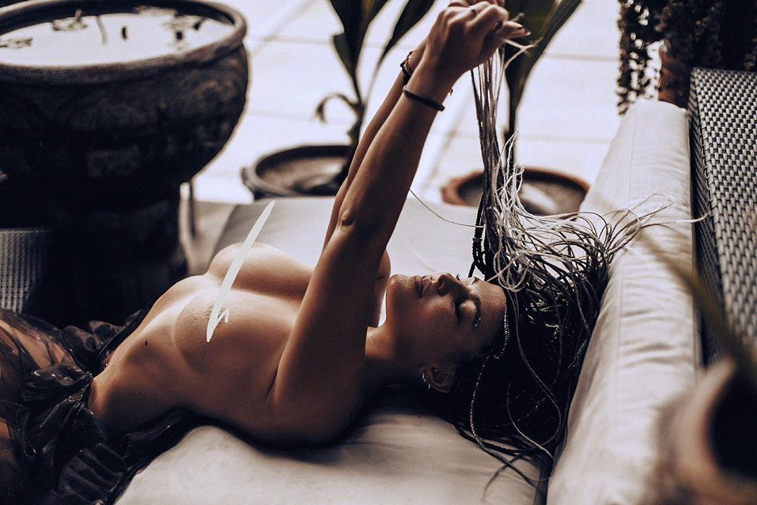 Соня Таюрская без бюстгалтера - фото из Instagram