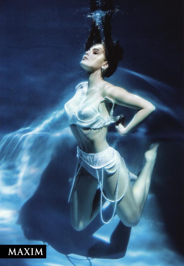 Соня Таюрская в откровенной фотосессии для Maxim под водой фото